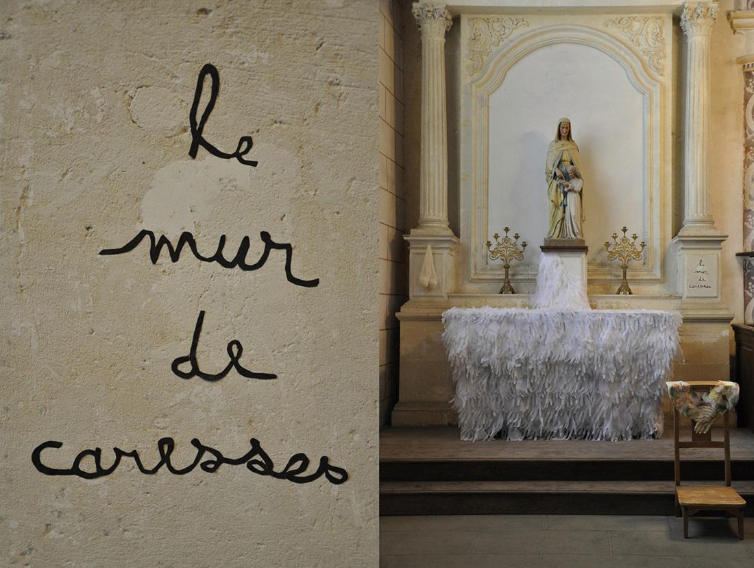 installation de papier découpé dans une église